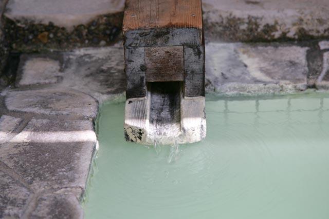 露天風呂併設、自慢のにごり湯の温泉